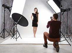 Képző- és iparművészeti munkatárs (Művészeti és médiafotográfus)